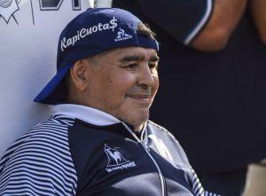 Captan sospechoso video de Maradona escondiendo algo en la banca