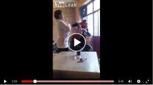 Mesera rocía leche materna de su pecho a cliente para que salga del bar
