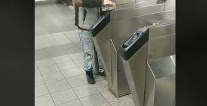 Pasajero del Subway de NYC intenta pagar boleto pasando billete por donde se pasa la MetroCard
