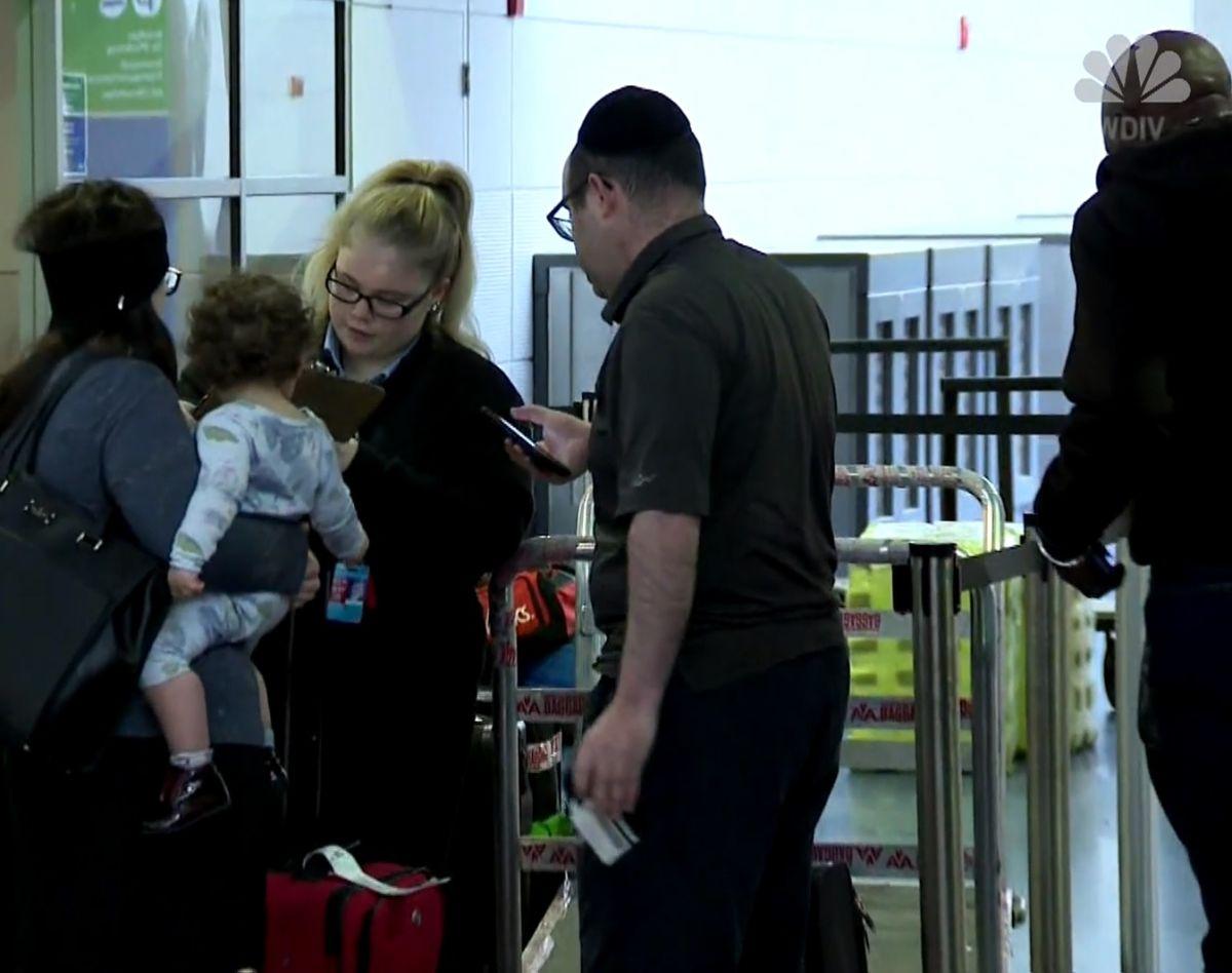 """American Airlines baja a pareja y a su bebé de avión porque esposo """"apestaba""""; ellos acusan discriminación"""