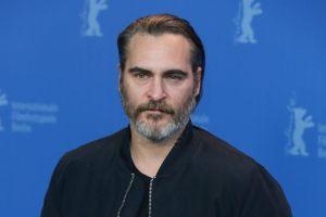 Joaquin Phoenix se une a Jane Fonda para manifestarse de cara a los premios Óscar