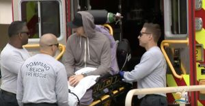 Llega a Miami un bombero que cayó a más de 30 pies de altura en un templo de Bali
