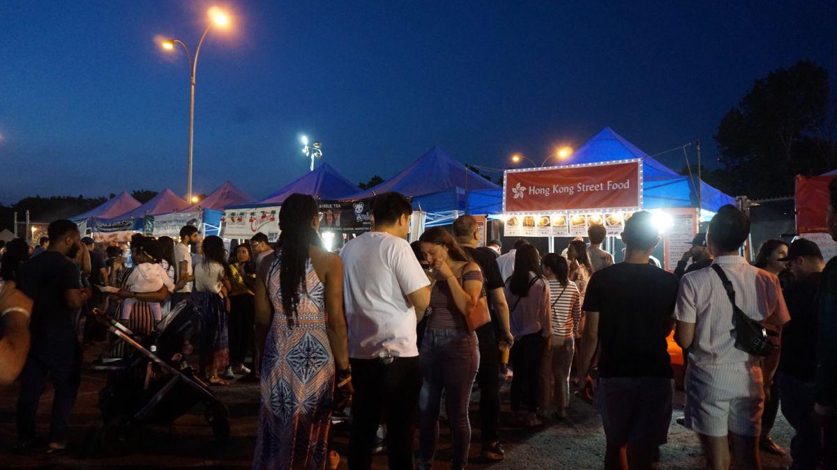 El Mercado Nocturno de Queens, muestrario culinario y (para algunos) un paso a los negocios