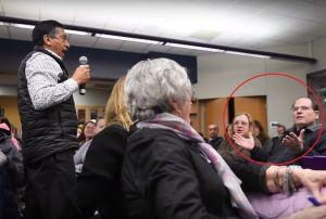 """VIDEO: Latino acusa racismo contra su hijo en reunión escolar; un padre responde: """"¿Por qué no te quedas en México?"""""""