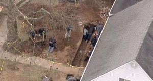 Familia de NJ excava el patio por renovación y se topa con macabro hallazgo