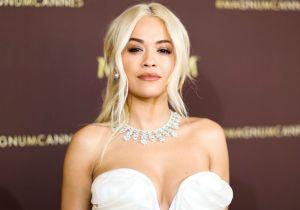 Con un vestido rojo tejido, Rita Ora casi deja al descubierto su busto