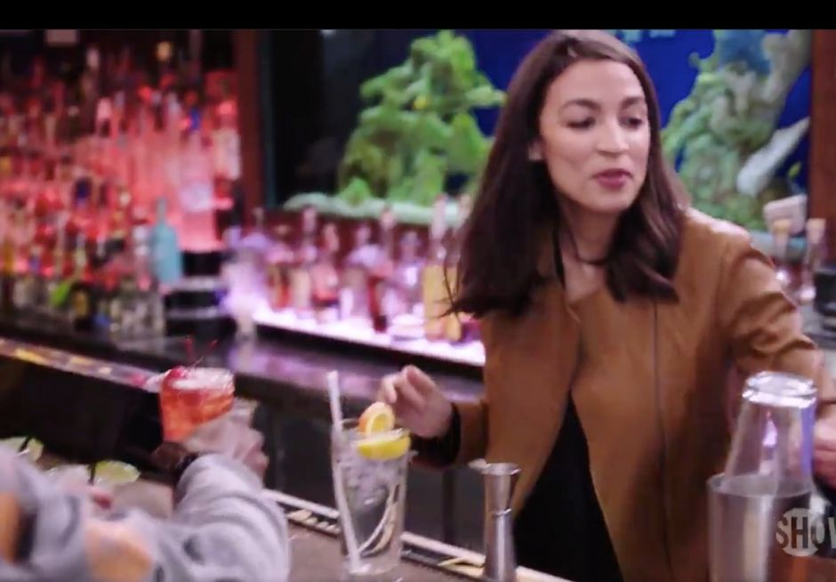 Alexandria Ocasio-Cortez vuelve a ser bartender