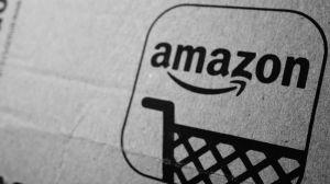 Amazon retira de su lista de productos en venta una calcomanía antiinmigrante