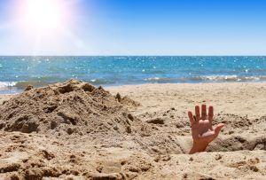 Entierran en la arena a su hija de 2 años para poder tener sexo en una playa