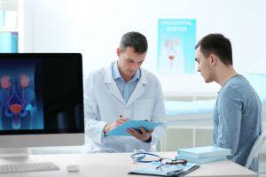 ¿A qué edad un hombre debería asistir al urólogo?