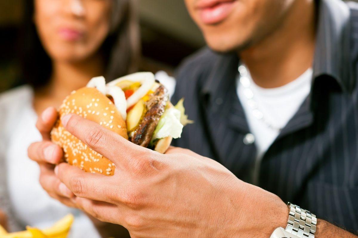 El terrible efecto que la comida chatarra tiene en la virilidad masculina
