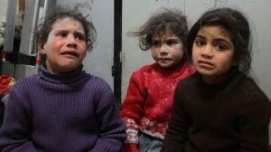 Un padre finge que bombas de guerra en Siria son un juego para que su hija no tenga miedo, las emotivas imágenes son virales
