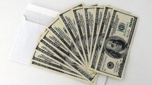 Empleado de Chick-fil-A encuentra sobre con cientos de dólares adentro