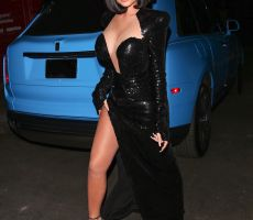 Kylie Jenner mostró toda su pierna hasta la cintura en sensual vestido rojo pasión