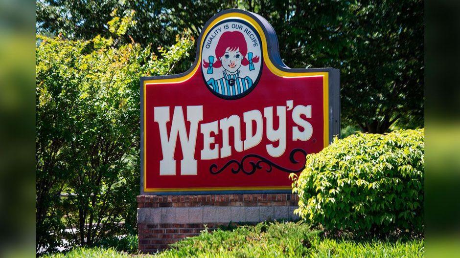 VIDEO: Empleado de Wendy's es despedido por tomar un baño en un fregadero del restaurante