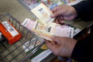 Ganadora de la lotería Powerball en Florida reclama finalmente el premio de $396,9 millones