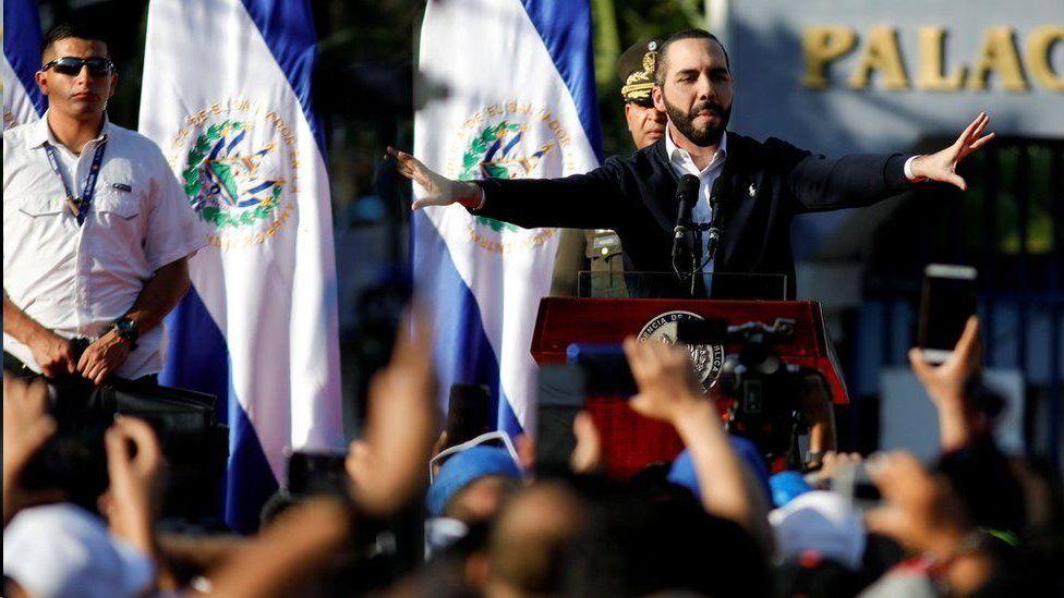 """""""No van a ver la luz"""": la emergencia en las cárceles de El Salvador que decretó Bukele tras el asesinato de varios soldados"""
