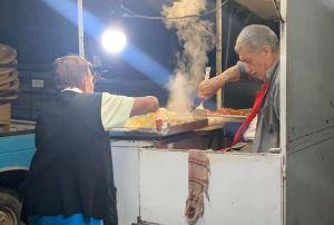 Pareja de ancianos atiende puesto de tacos hasta la madrugada para poder sobrevivir y conmueven en redes sociales