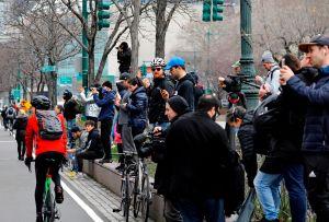 Decenas de neoyorquinos salen de sus casas para ver al buque hospital USNS Comfort