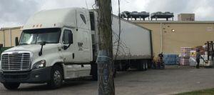 El gobernador de Texas remueve regulaciones para camiones de transporte buscando agilizar la entrega de productos a tiendas