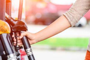 Cómo protegerte contra el coronavirus cuando cargas gasolina