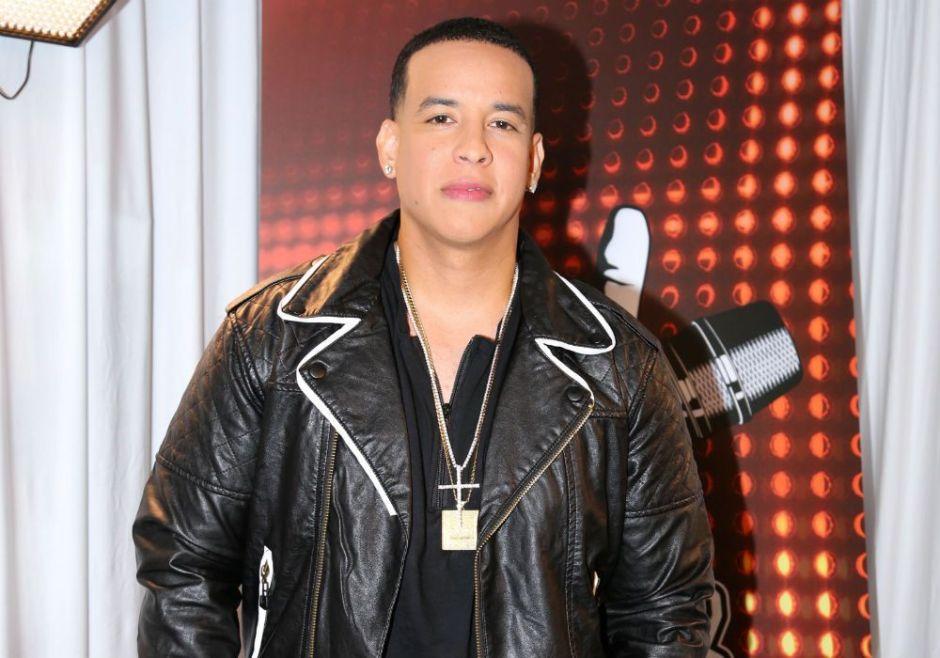 La hija de Daddy Yankee posa como toda una modelo y deja ver su escote