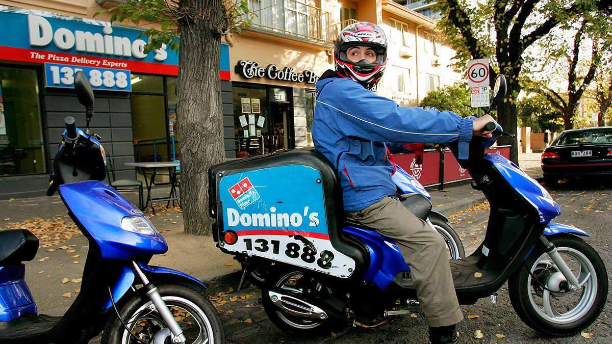 ¿Receta secreta? Domino's Pizza investiga a repartidor que fue grabado frotando comida de clientes en su entrepierna