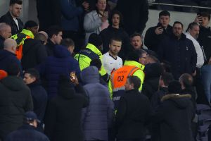 Escándalo en la Premier League: un jugador saltó a la grada para pelear con un aficionado