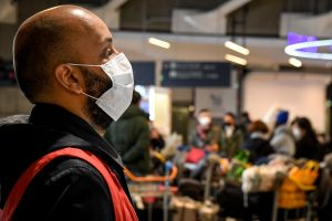Miles de estadounidenses siguen varados en otros países por coronavirus