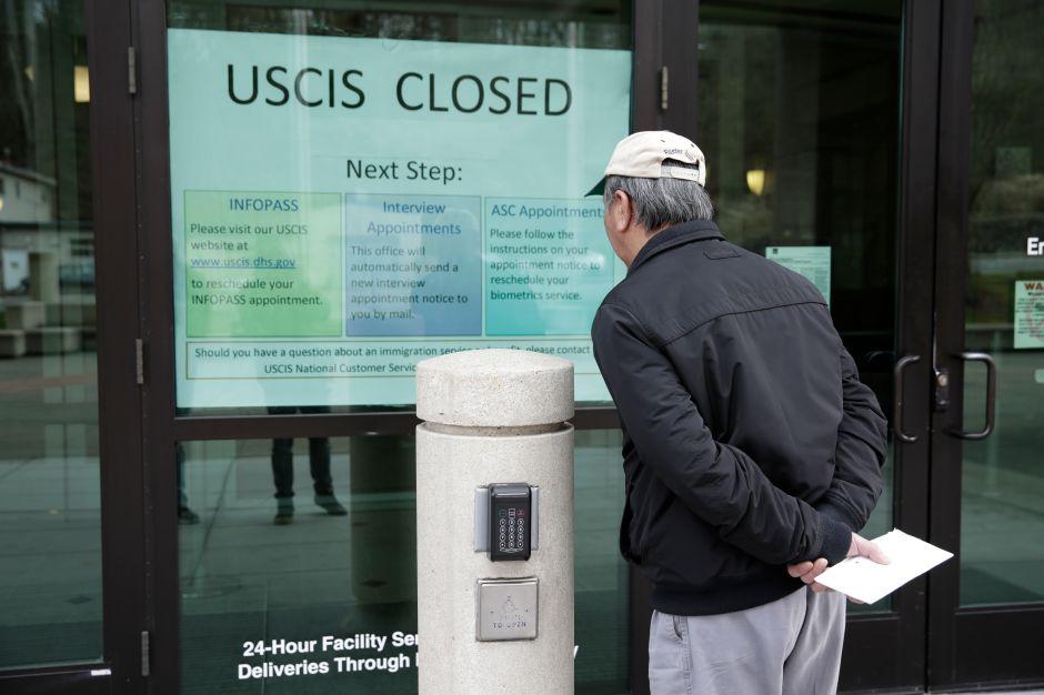 Miles de inmigrantes podrían convertirse en indocumentados ante falta de servicios en USCIS por coronavirus