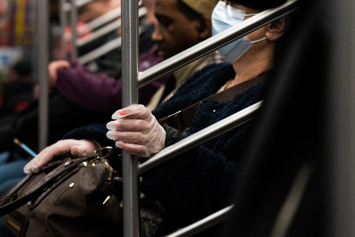 """""""¿Quién quiere vivir?"""", vendedor ambulante en Subway de NYC ofrece paquete anticoronavirus por los vagones"""