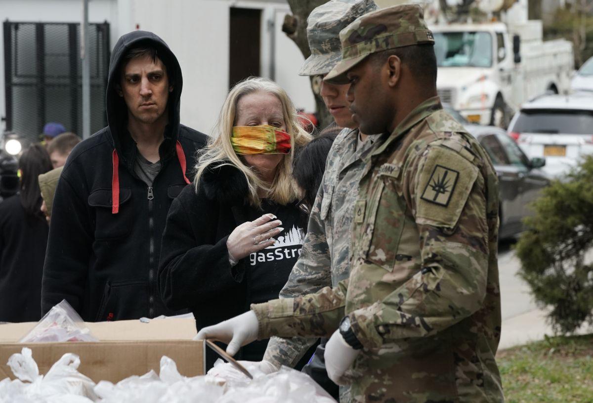 La Guardia Nacional distribuye comida a los residentes en New Rochelle, NY, una comunidad golpeada por el coronavirus.