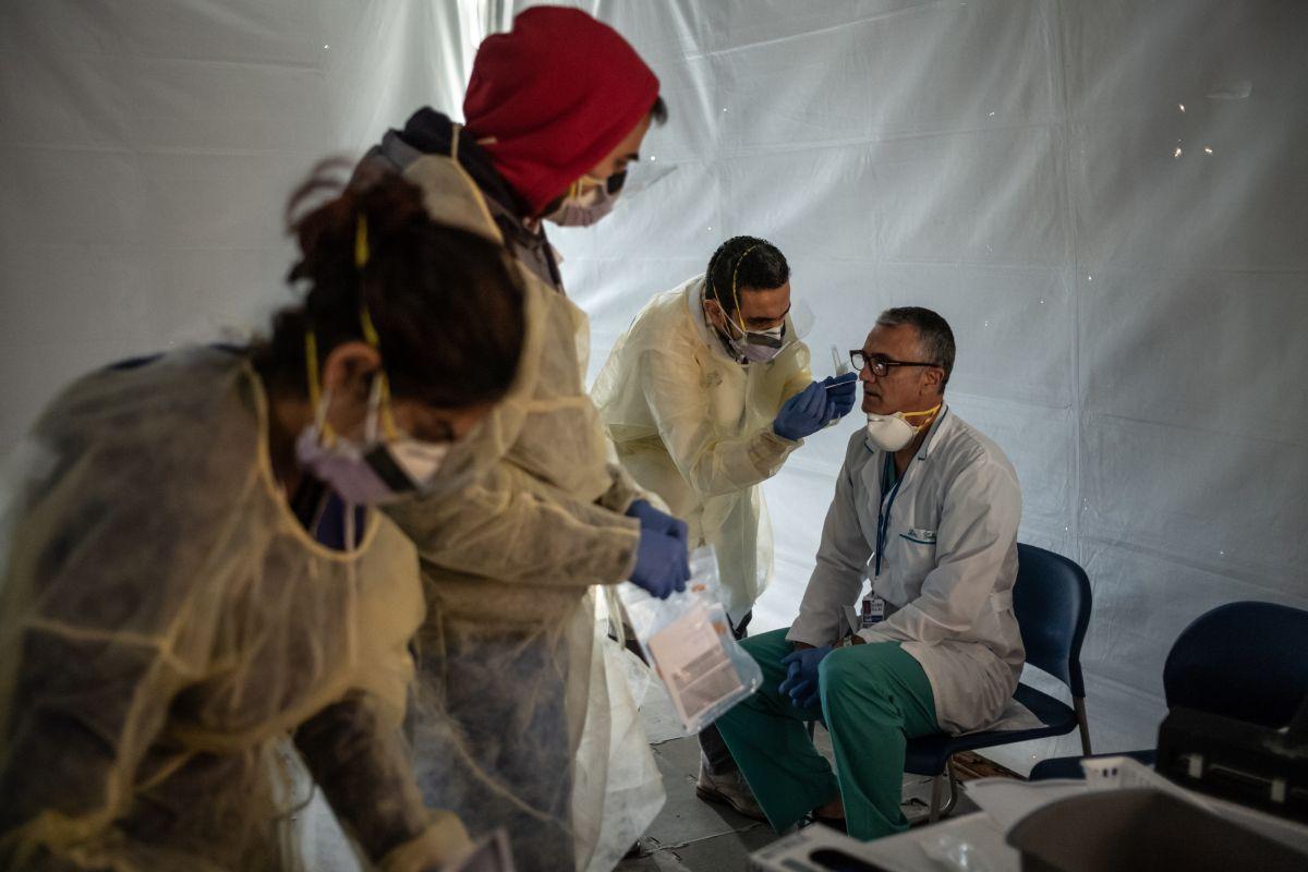 """Estados Unidos rebasa los 51,000 contagios de coronavirus, pero Trump presiona para """"reabrir"""" al país"""
