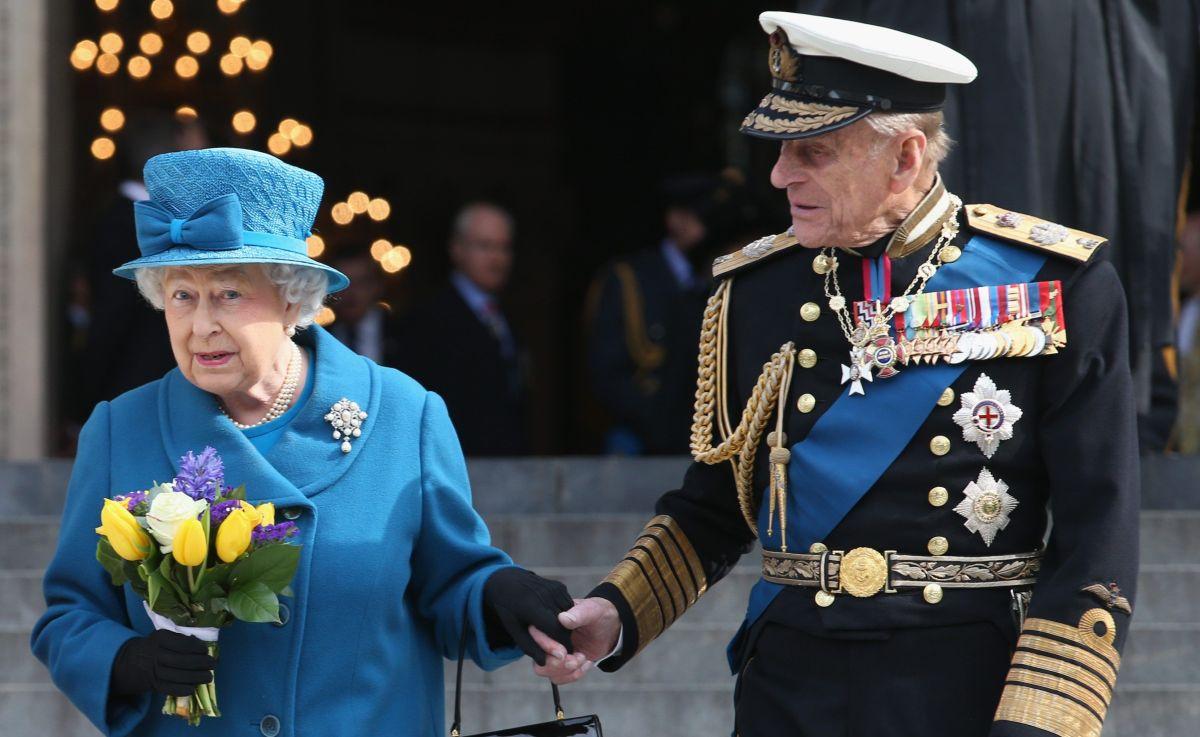 Reina Isabel II rinde emotivo tributo al Príncipe Felipe en el que sería su cumpleaños 100