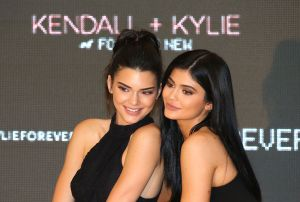 ¡De infarto! Las hermanas Jenner causan furor posando juntas en body y medias negras