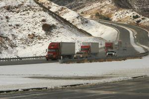 Clima en SoCal: Viento, frío y nevadas que hacen difícil viajar en las montañas San Gabriel