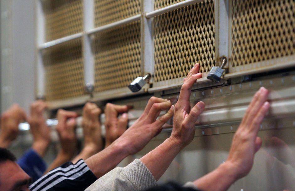 Pánico entre inmigrantes detenidos por brote de coronavirus en cárcel de ICE