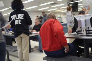 "Activistas acompañan a inmigrantes a ""citas de control"" con ICE ante posible deportación"