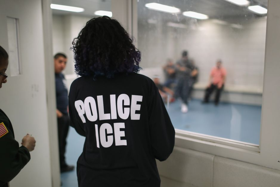 ICE libera a 100 indocumentados tras contagio de agente con coronavirus