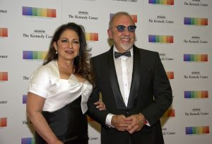 Gloria y Emilio Estefan se unen con CVS para ayudar a los empleados que tuvieron que sacar de sus restaurantes en Miami
