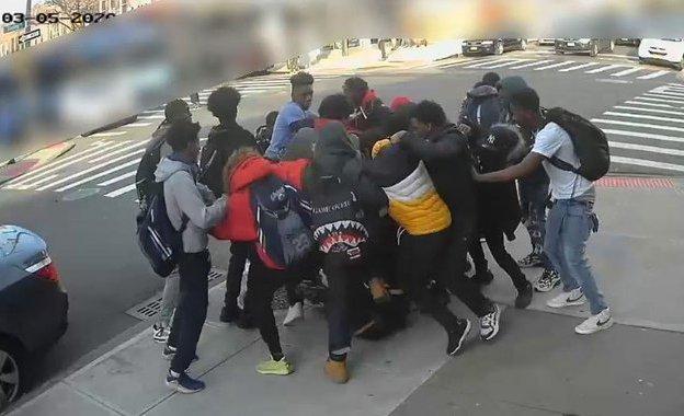 Video: docena de pandilleros golpean y roban a una quinceañera a plena luz en Brooklyn