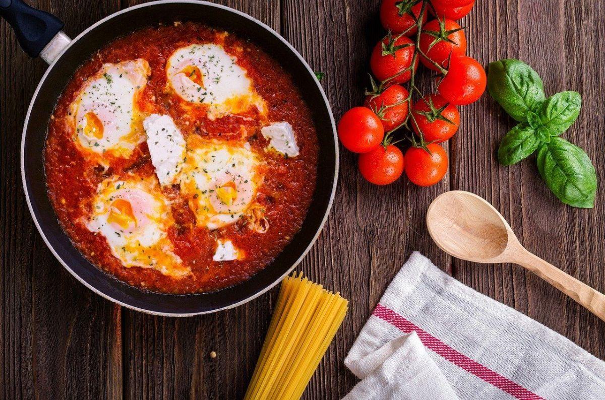 Con pimientos asados puedes preparar shakshuka.