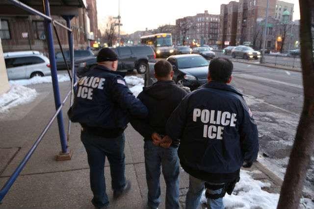 Los inmigrantes corren alto riesgo de contagiarse en las congestionadas cárceles de ICE.