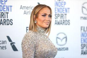 Jennifer López viste un palazzo, deja toda su espalda al descubierto y eleva el look con un bolso Chanel