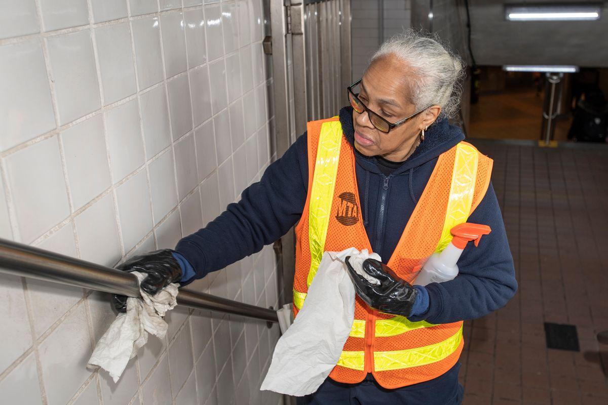Anuncian plan para hacer pruebas de COVID-19 voluntarias a los empleados de la MTA