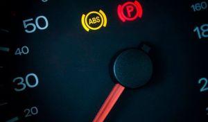 Por qué no debes manejar un auto que tengas prendidas estas luces en el tablero