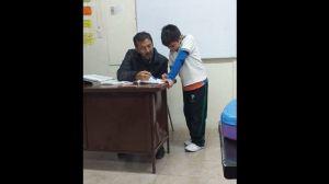 Maestro ayuda a hijo de alumna a hacer su tarea y se vuelve viral
