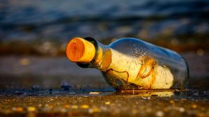 Hombre encuentra mensaje adentro de una botella en una playa de Irlanda y le dan $1,000