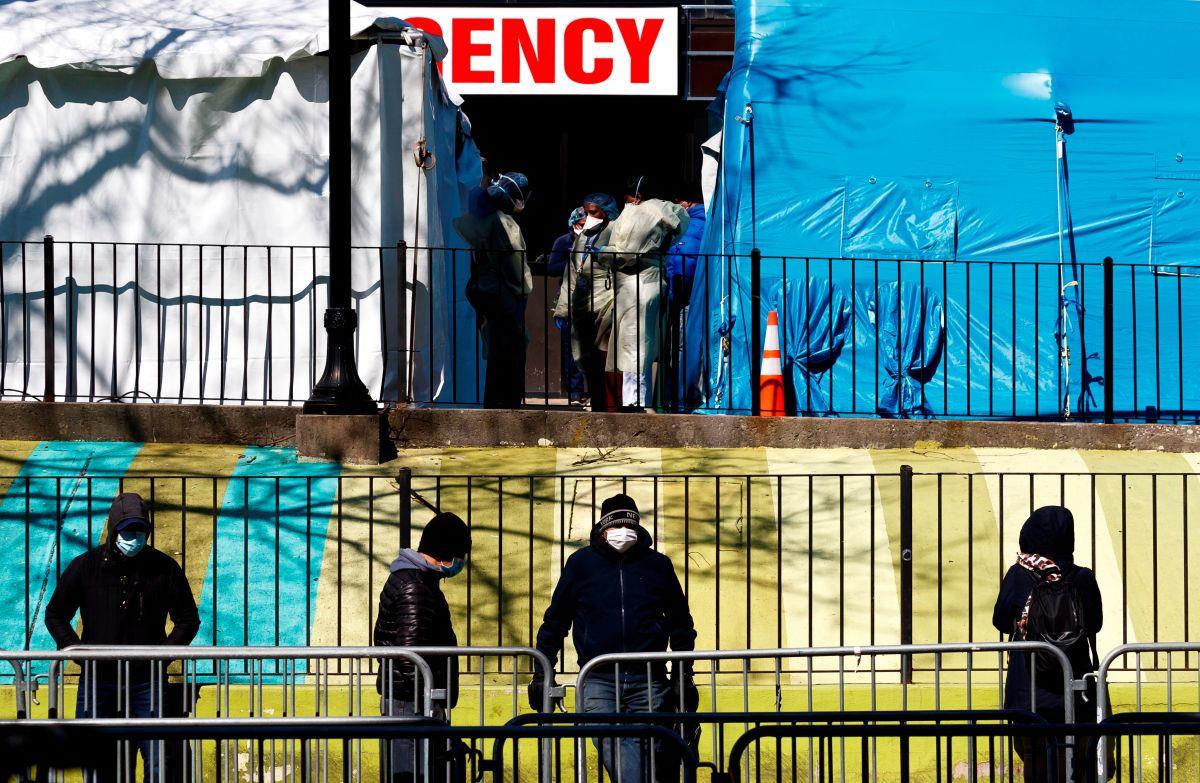 Hospitales colapsados y miles de residentes desempleados en Nueva York