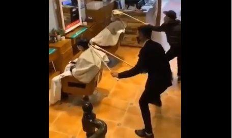 """VIDEO: Peluqueros chinos hacen """"cortes de lejitos"""" por coronavirus"""